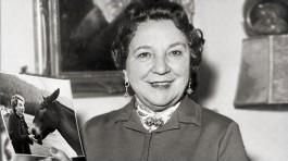 """6. """"Liesl Karlstadt com uma foto de si mesma e uma mula"""" (1950)."""