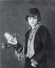 Hennings e um de seus fantoches. 1917.