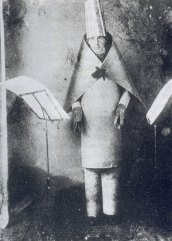 Hugo Ball no Cabaré Voltaire, 1916.