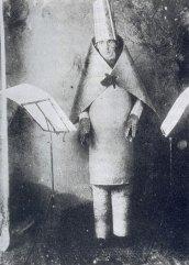 Hugo Ball no Cabaré Voltaire, 1916.