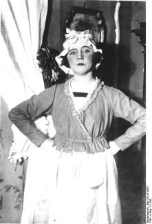 Claire Waldoff em Drei alte Schachteln.