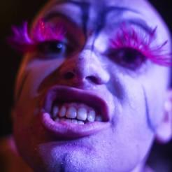 """Vinícius Lavall é uma bicha interiorana, nascidx em Valença/RJ, que atualmente integra a equipe do Cabaré Incoerente atuando como pesquisador, performer e produtor. Cursa o bacharelado em Estética e Teoria do Teatro na Universidade Federal do Estado Rio de Janeiro (UNIRIO). É bolsista de Iniciação Científica e desenvolve a pesquisa """"A sexualidade na construção de um cabaretista"""", sob orientação de Christina Streva. Investiga como arte e sexualidade se entrelaçam no trabalho do ator na linguagem do cabaré."""