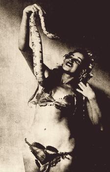 Luz del Fuego e uma de suas serpentes em 1944.