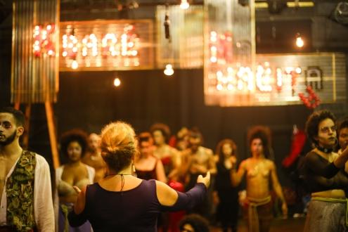 Diretora Christina Streva (de costas) e elenco. Foto: Heitor Muniz