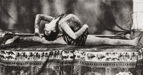 Cha-u-Kao em pose contorcionista. Fotografia de Maurice Guibert.