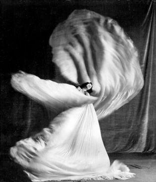 (GERMANY OUT) Loie Fuller - Dancer, USA - butterfly dance - 1905 (Photo by ullstein bild/ullstein bild via Getty Images)