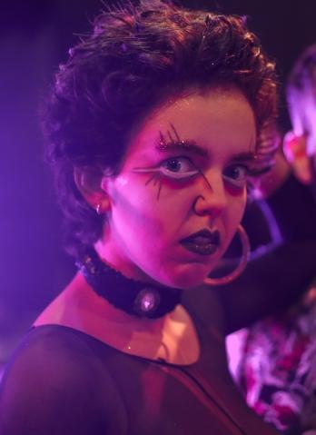 """Luana Valentim, mais conhecida como Severa, integra a equipe do Cabaré Incoerente desde 2017. É atriz, performer, dramaturga, cabareta, percussionista e técnica de som. Cursa Bacharelado em Atuação Cênica na UNIRIO e faz parte do grupo de pesquisa """"Teatro-Cabaré: Poéticas, Estéticas e Pedagogias"""", que investiga o cabaré em várias partes do mundo. Como cabareta, atuou nos espetáculos: """"Cabaré Sade"""" (2018), """"Cabaré Phoenix"""" (2018) e """"Cabaré Carioca"""" (2017). Como dramaturga, trabalhou no espetáculo """"Cabaré Sade"""" em parceria com Dionizo (Rafael Ferreira). No cinema, atuou em """"Chocante – O filme"""" (2017), direção de Johnny Araújo e Gustavo Bonafé e """"Aumenta que é Rock and Roll"""" (2019), direção de Tomás Portella."""