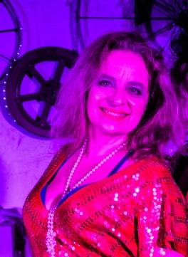 Christina Streva, nossa querida Dona Kretina, é diretora, professora, pesquisadora e performer. Tem doutorado em teatro pela UNIRIO, com bolsa CAPES-PDSE de visiting scholar na Tisch School of Arts da Universidade de Nova Iorque – NYU. Streva é graduada summa cum laude em Direção Teatral e Ciência Política pela Lawrence University, nos Estados Unidos, com bolsa IIE/Fulbright, e Especialista e Mestre em Teatro pela UNIRIO. Foi professora na UFMG (2005), UFPB (2006-2009) e atualmente, é professora na UNIRIO (2009 - ). Streva é fundadora e foi diretora artística do coletivo SerTão Teatro, grupo de pesquisa teatral que circulou por mais de uma centena de cidades brasileiras com espetáculos, oficinas e demonstrações de trabalho, participando dos principais eventos teatrais do país. Atualmente coordena o projeto Cabaré Incoerente (2014 - ). Dentre seus principais trabalhos como encenadora estão: Cabaré Sade (2018), Cabaré Phoenix (2018), Cabaré Carioca (2017), O Gato Preto (2014), Dá Licença, Minha Gente (2013), Flor de Macambira (2011), Farsa da Boa Preguiça (2010), Vereda da Salvação (2007), Nunca Treze à Mesa (2005), Taj Mahal: O Vestígio de Um Encontro (2004), Cenas de uma Execução (2001), Bride´s Dress (1996), Top Girls (1995), No Exit (1994), etc. É pesquisadora de direção e interpretação teatral com foco em teatro de grupo, performance popular e metodologias colaborativas.