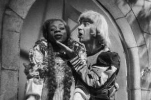 """Otelo e Oscarico na cena do balcão de Romeu e Julieta, do filme """"Carnaval no Fogo"""""""